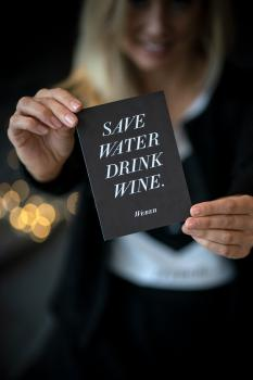 POSTKARTE SAVE WATER DRINK WINE – schwarz